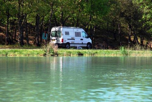 Camping car au bord du lac des truites