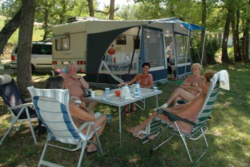 Campeurs au bord du lac des carpes